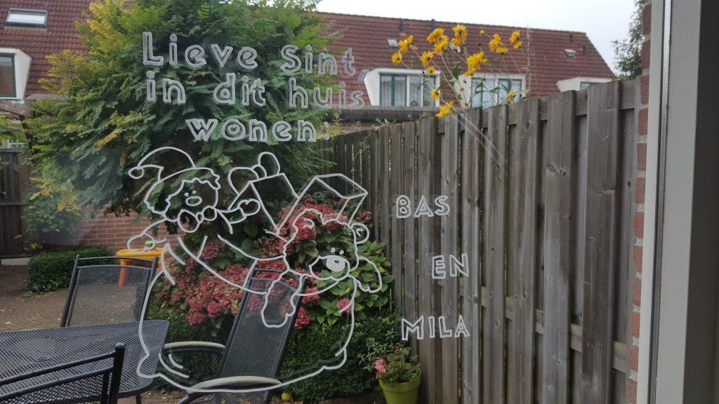 Je ramen versieren voor Sinterklaas met een krijtstift tekening